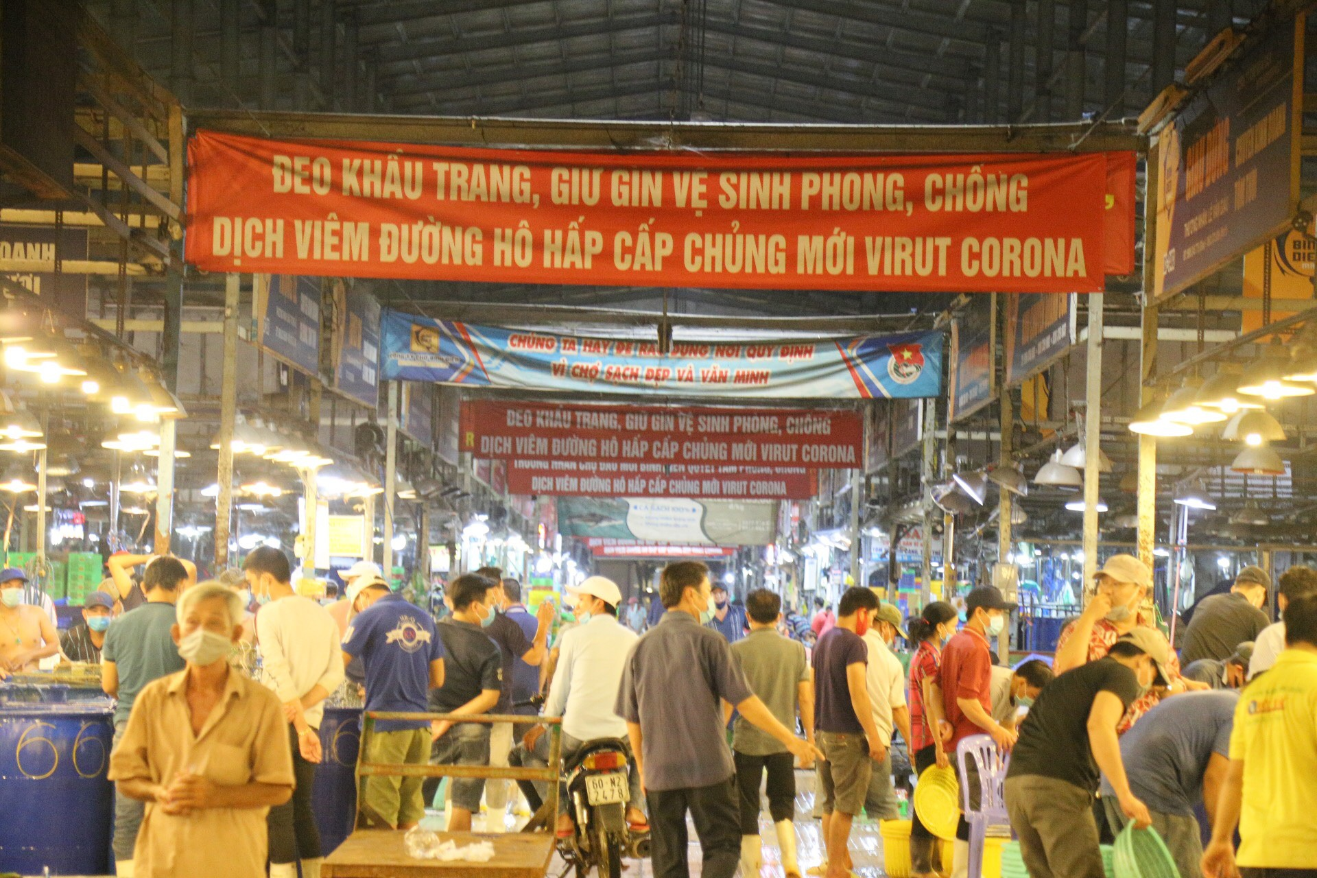 "Back to Saigon to watch the bustling ""sleepless market"" in the middle of the Covid-19 season"